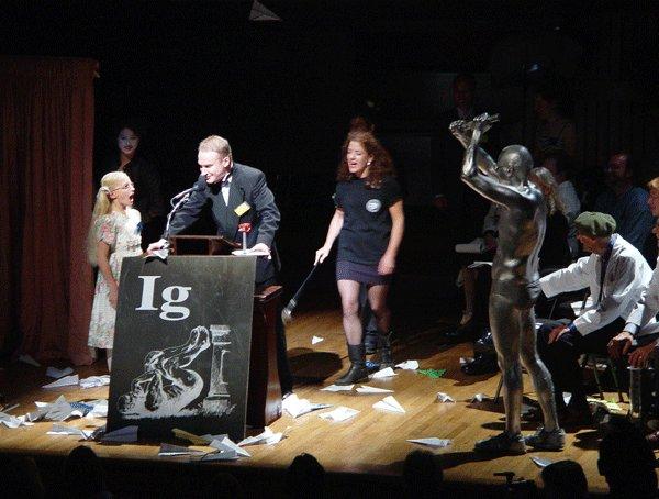 イグノーベル賞は授賞式もめちゃくちゃ楽しい!「9歳の幼女に妨害される」「観客が紙ヒコーキを投げつける」