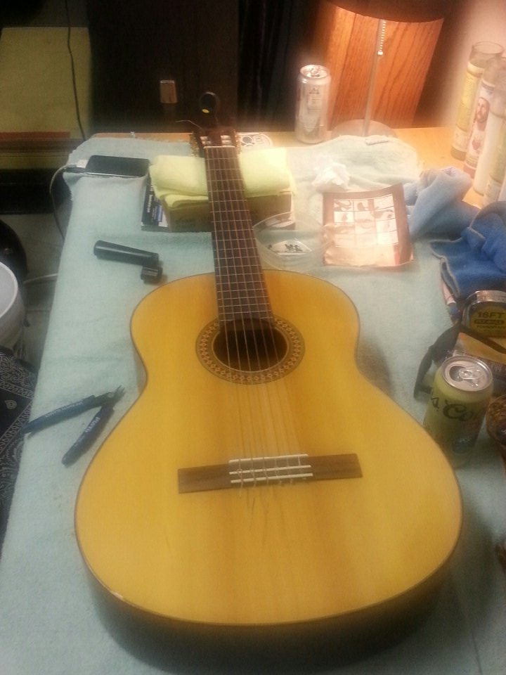 Late night work session on this #Alvarez #classical #acoustic #guitar. New strings tuning and clean up<br>http://pic.twitter.com/xHVpk0SuuU