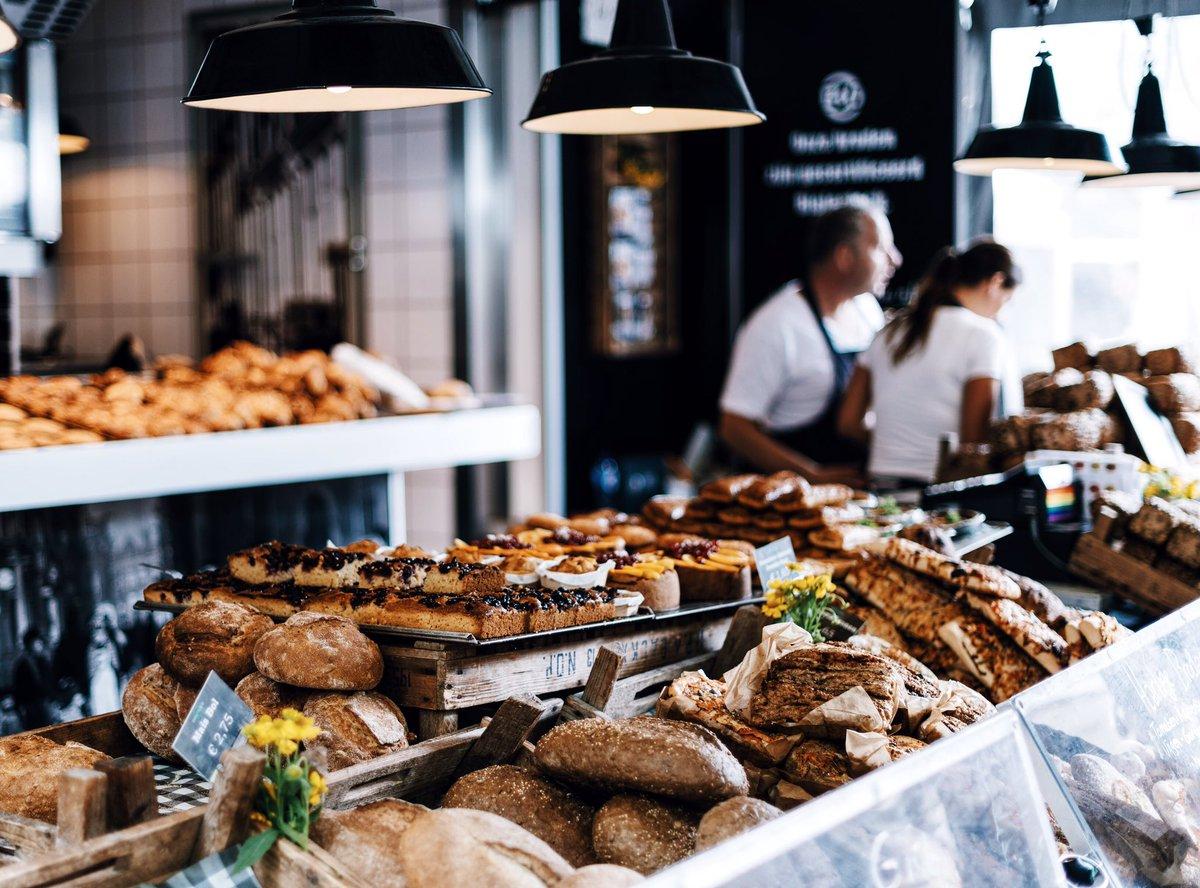 Passage éclair à la #boulangerie et #déjeuner tout aussi éclair. Hard working  <br>http://pic.twitter.com/0ezdke8mSo