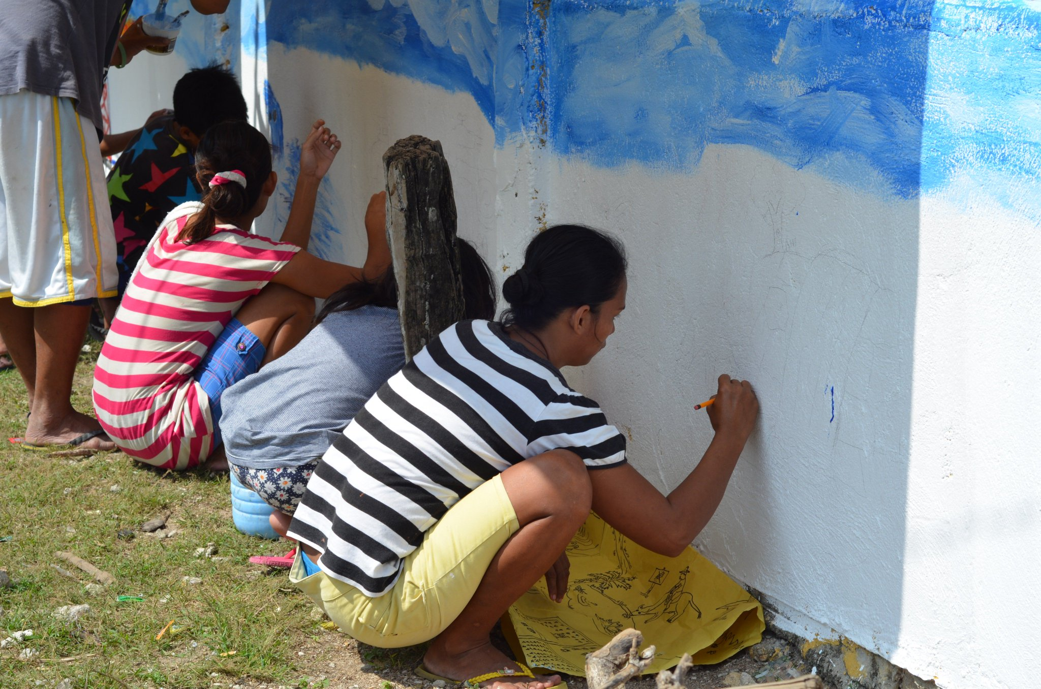 Women and girls participate on the design conceptualization and painting of the #iWaSH community mural in Bgy. Talib, Aroroy, Masbate. https://t.co/tSBpsDnpqu