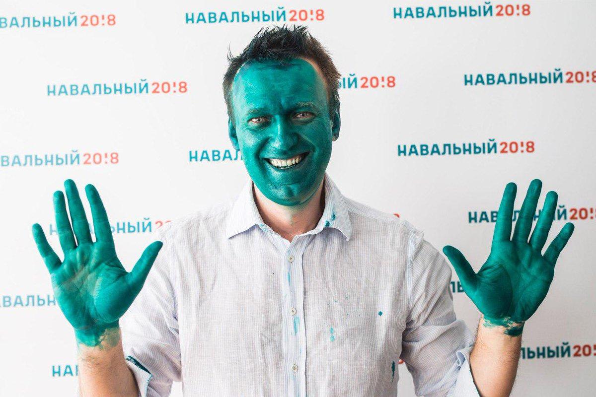 Реакция сильного человека... Навального в Барнауле облили зеленкой...