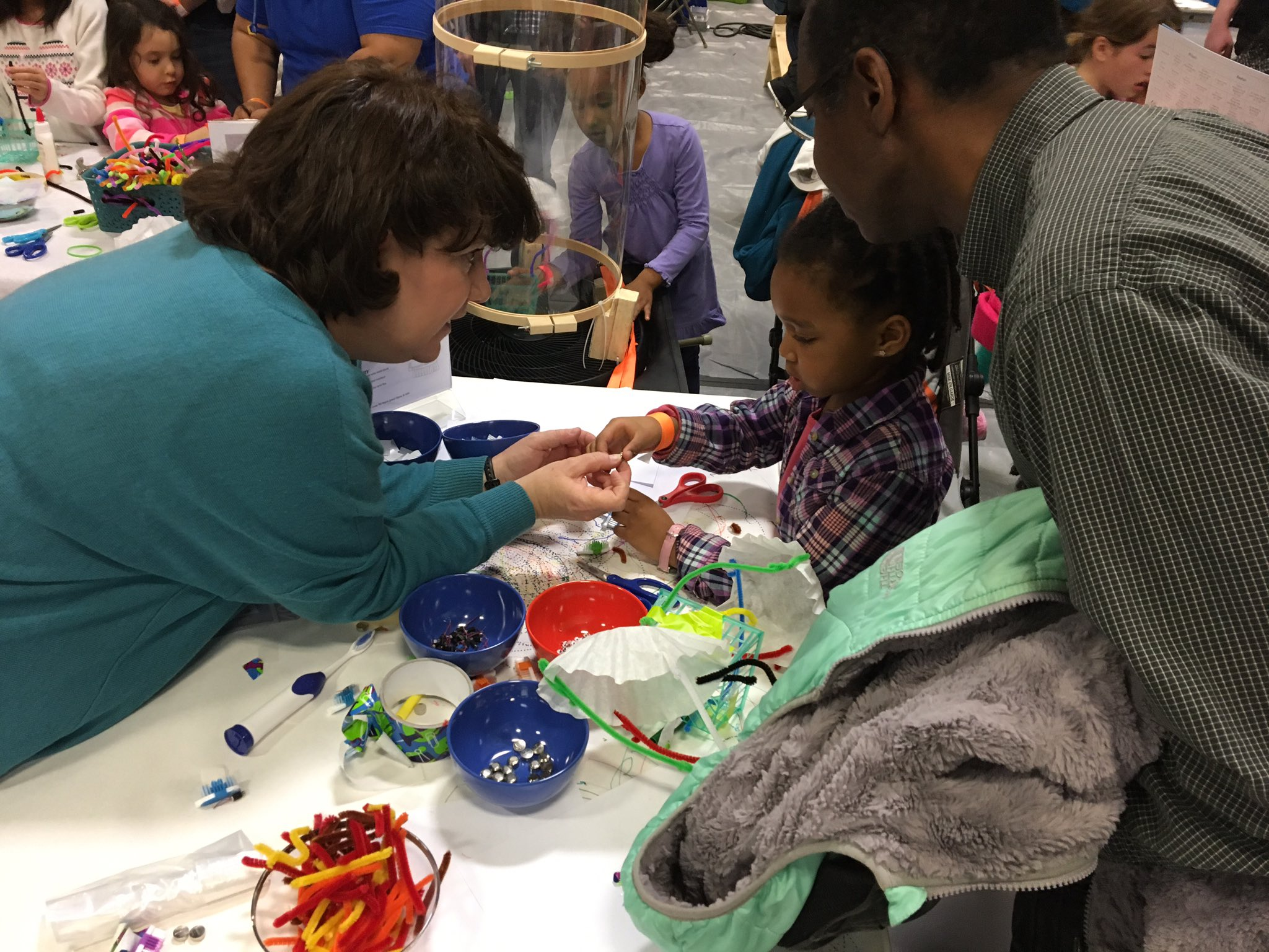 Sarah Magner: showing how its done: Eyes on child, just holding the part to help HER make it. @peacefulpendant  #makerfairenova #myflinthill https://t.co/VqxGXVOiuv