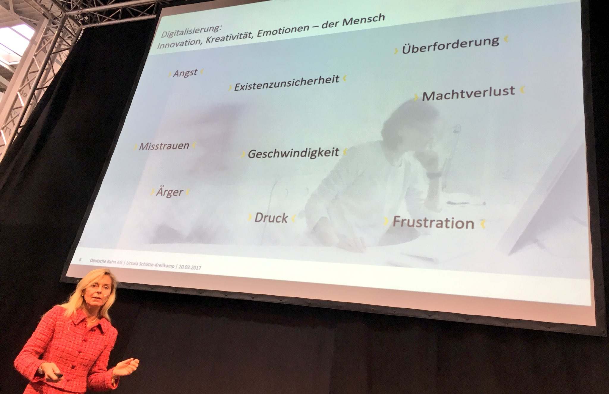 Digitalisierung bedeutet auch emotionale Überforderung.Wie vermitteln wir den Leuten Spass?fragt Ursula Schütze-Kreilkamp auf der #cebiteda https://t.co/MKrGFKv45I
