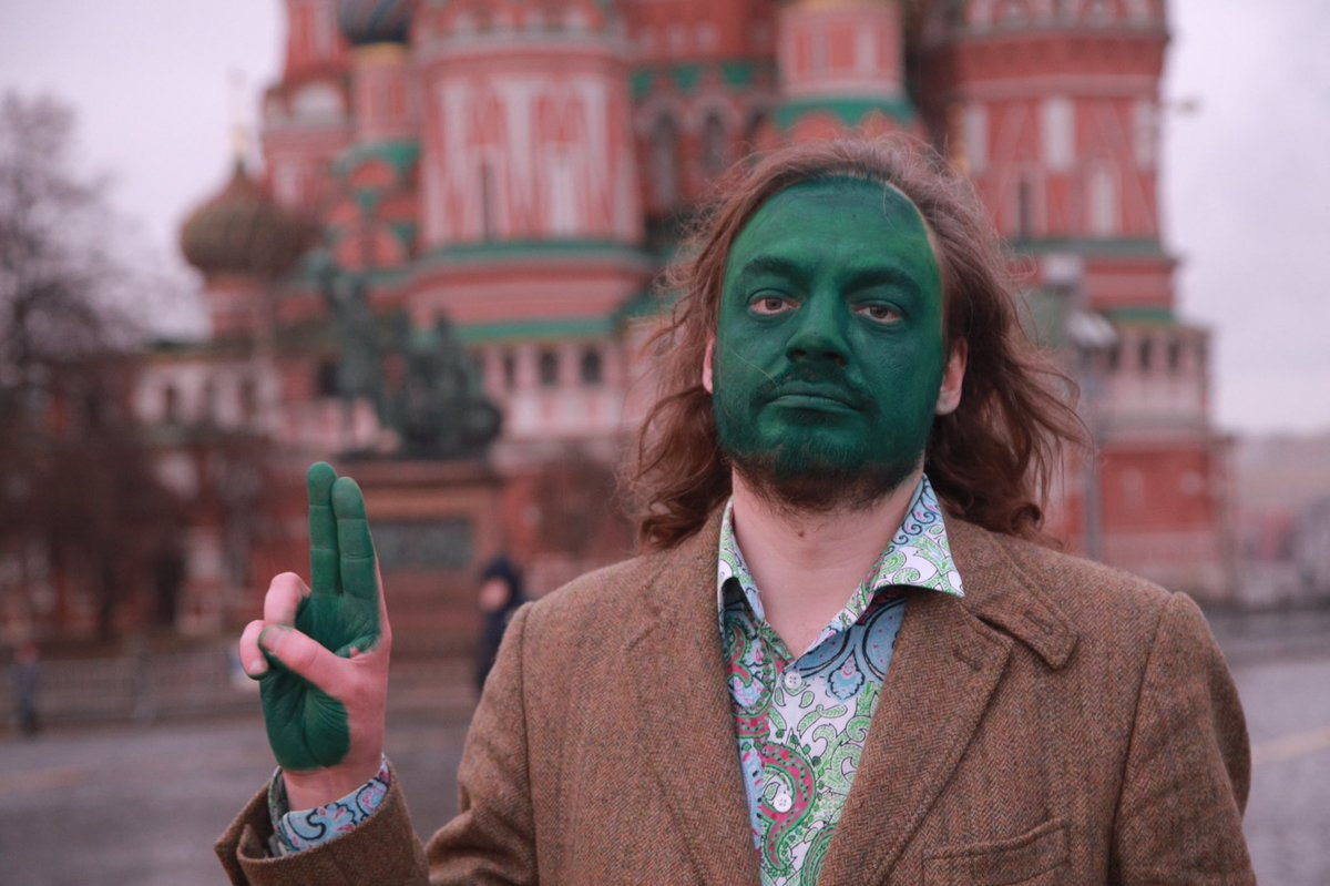 The green face counter-protestors gave @navalny is becoming something of a flashmob. Journalist Danilov on Red Square