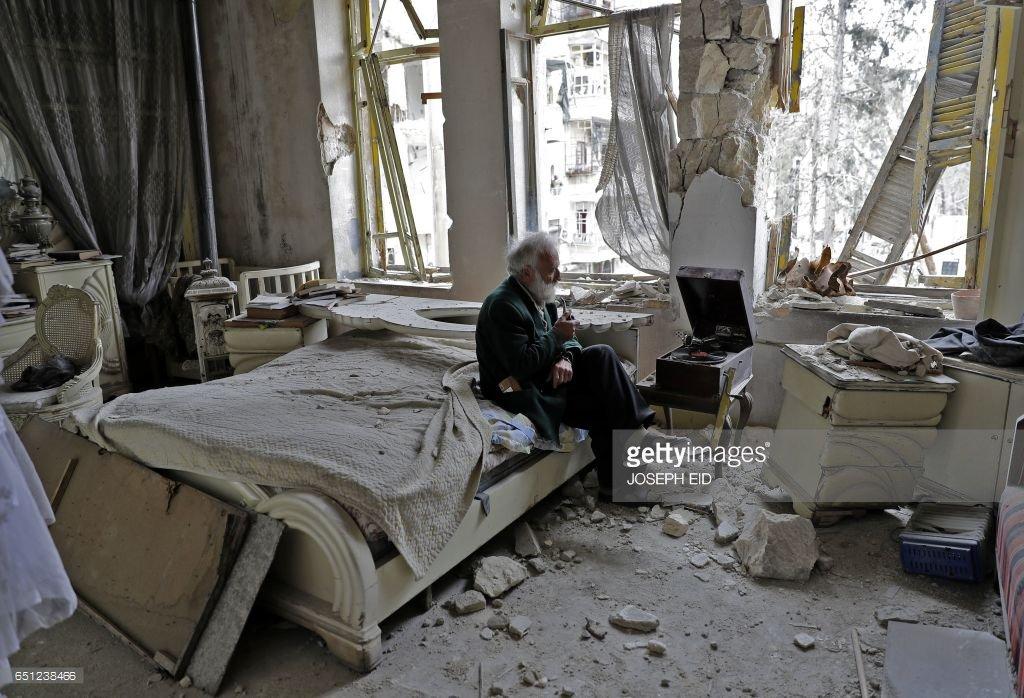 #Syrie Mohammad Mohiedine Anis, 70 ans, écoute un vinyle dans son appartement détruit à #Aleppo.  Très belle photo de @JOSEPHEID1 #AFP<br>http://pic.twitter.com/RniXD7gIaS