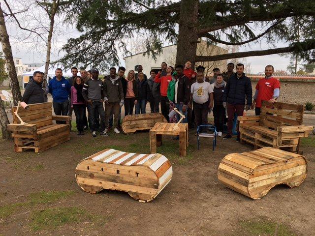 Retour sur une journée de #solidarité enrichissante auprès des demandeurs d&#39;asile à Olivet ! Construction de meubles en #palette  <br>http://pic.twitter.com/IB9fCLhN1A