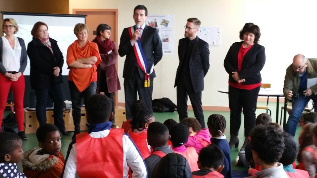 #Niort Médiation à l'école : 15 nvx élèves médiateurs à l'école Pérochon en présence @JeromeBaloge +@FranckPicaud https://t.co/kSAD2THjwn