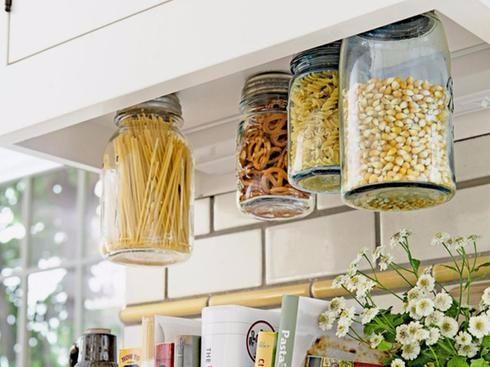 Pour les petites #cuisines, suspendez des pots Mason sous les armoires et placez-y céréales, riz, pâtes ou autre. #rangement<br>http://pic.twitter.com/MgJITFLV1p