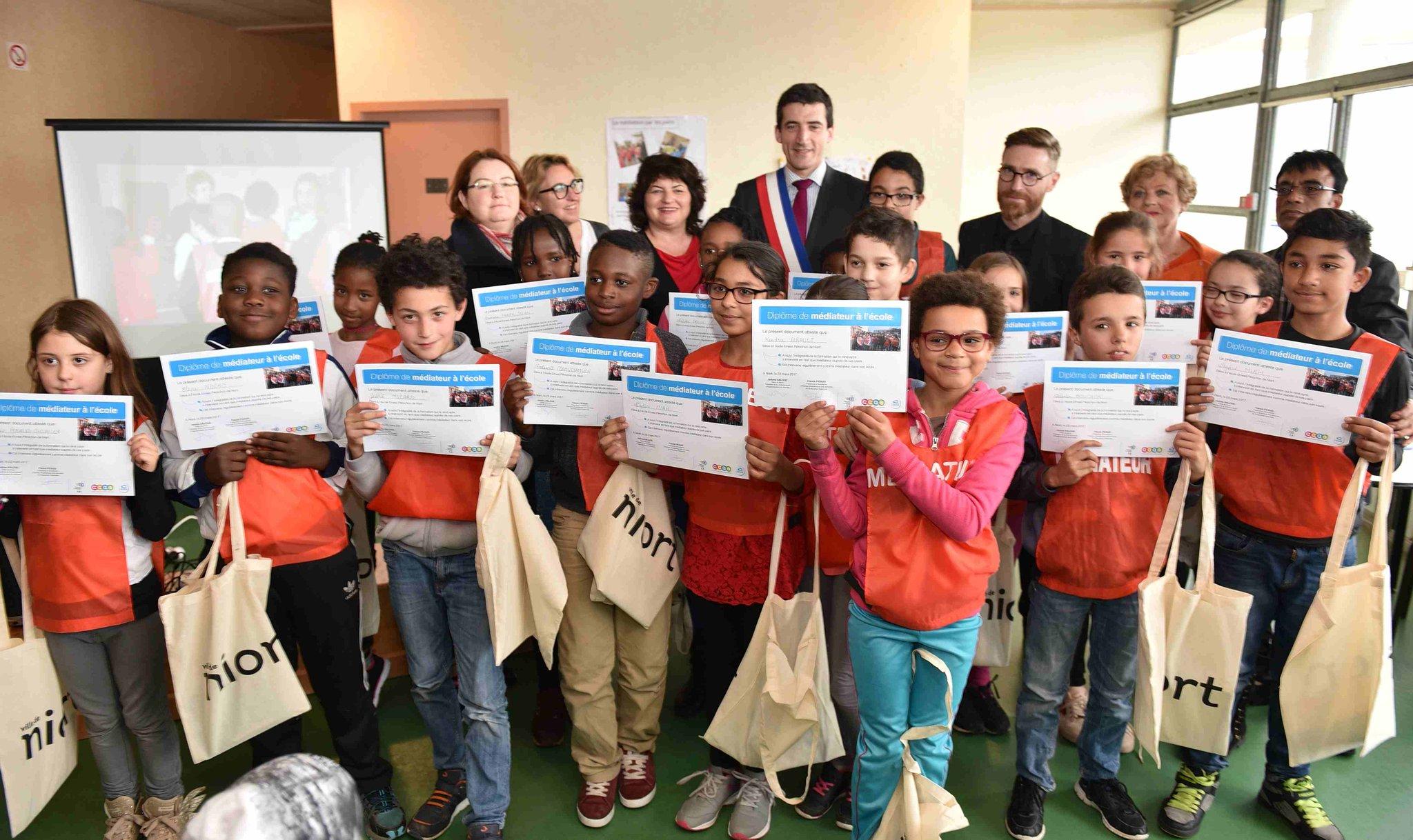 #Niort Le groupe des élèves médiateurs de l'école Ernest Pérochon s'agrandit https://t.co/YCpEsZcUUm https://t.co/kwFsiWerFk