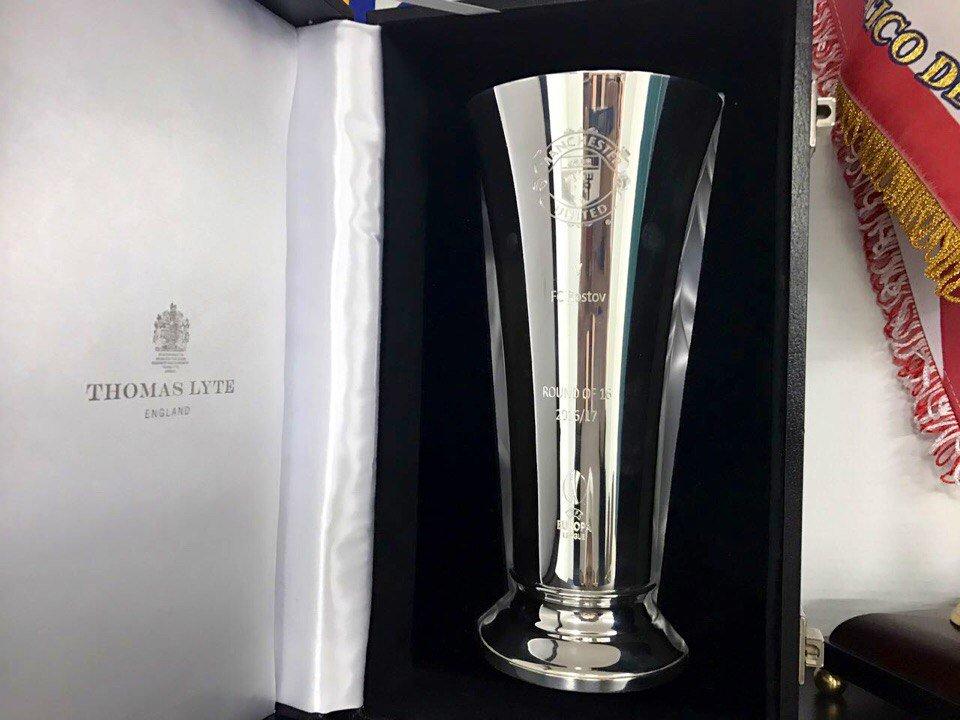 Жозе Моуринью подарил Бердыеву сувенир в виде кубка (фото)