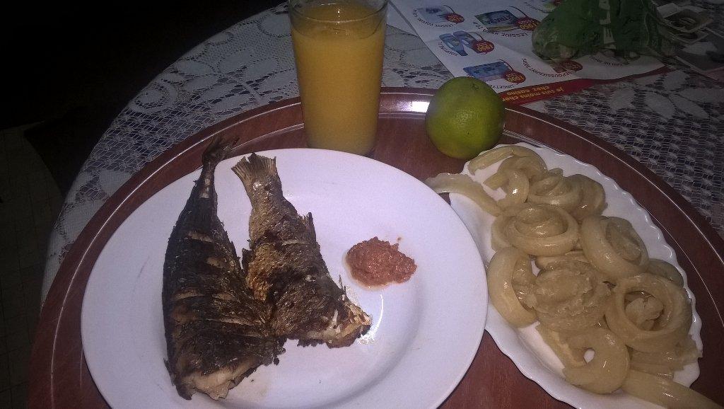 Détacher ce miondo ne fut pas facile. #NE poisson frit + miondos. #ND Jus de fruits (Ananas, orange, cass..., lemon)<br>http://pic.twitter.com/Ysw3H7ndP6