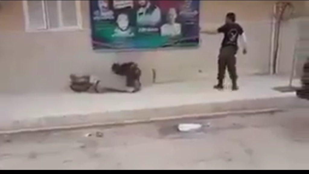 une vidéo choc montrant exécutions de trois personne dans la rue à #Benghazi  par un commando Pro #Haftar #libye<br>http://pic.twitter.com/bGVxvECynk