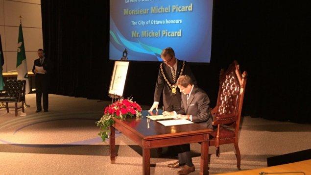 Le journaliste Michel Picard reçoit la clé de la Ville d'#Ottawa https...