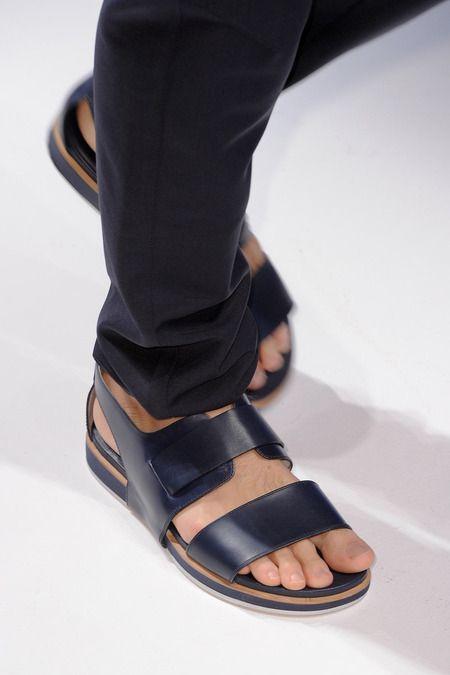Olvidemos el calzado de la semana y optemos por algo más cómodo: Las sandalias. https://t.co/5oZoAubIyN