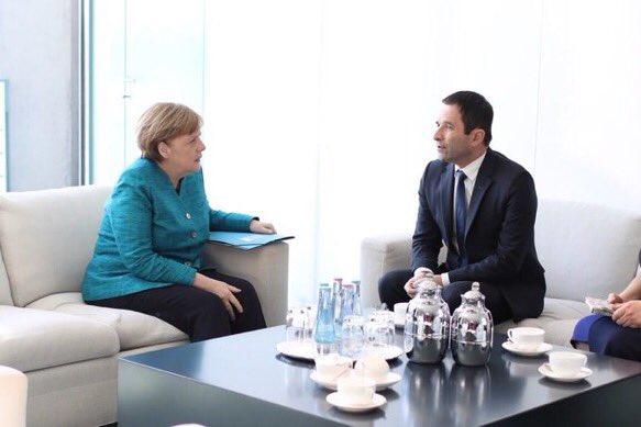 Les entretiens d&#39;embauche à la vice-chancellerie se poursuivent. Mais la chancelière a déjà son Big Chouchou, docile à souhait. #Macron <br>http://pic.twitter.com/qiacVJCF7T