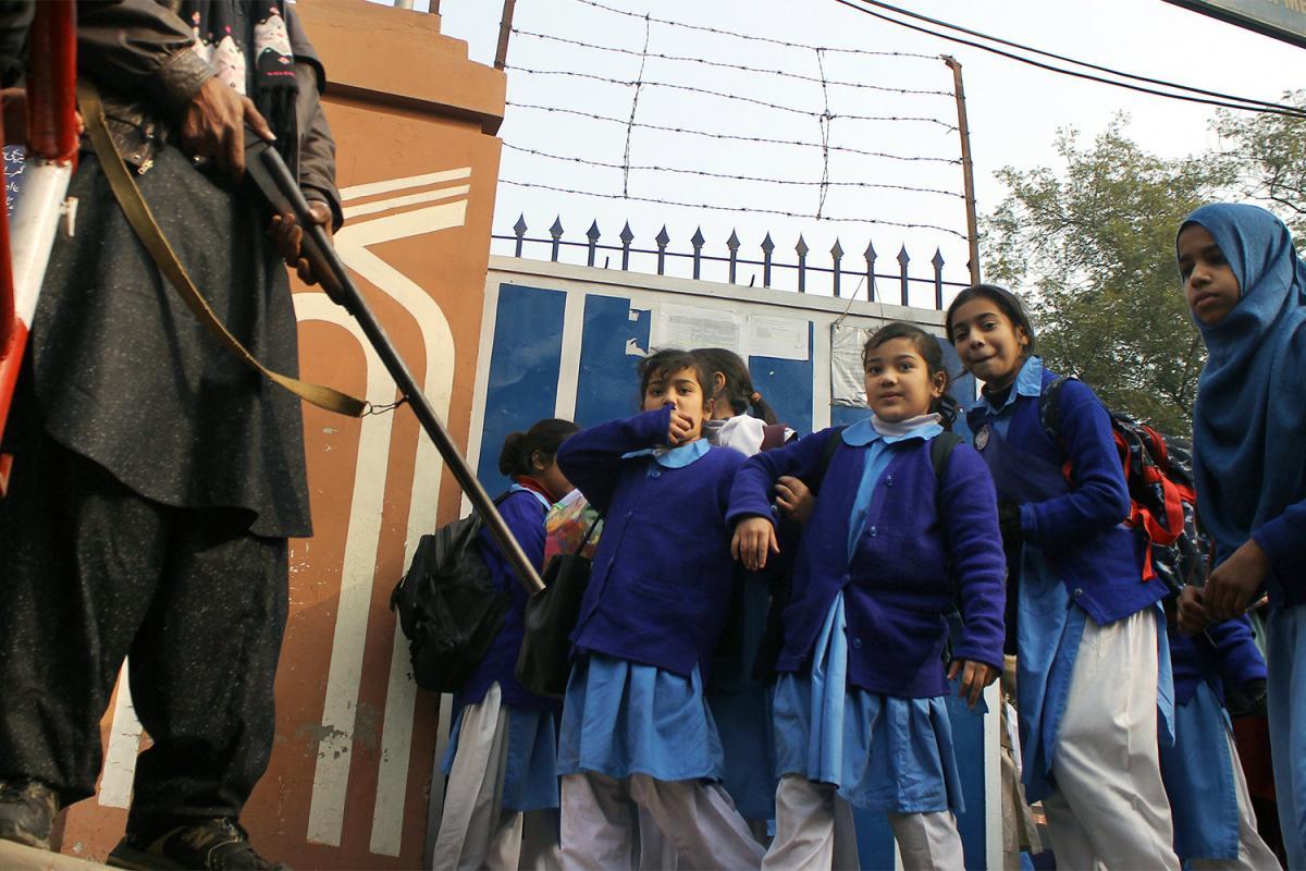 #Pakistan : Les attaques contre les écoles mettent en péril l'éducation @hrw_fr #SafeSchoolsBA  https://www. hrw.org/fr/news/2017/0 3/27/pakistan-les-attaques-contre-les-ecoles-mettent-en-peril-leducation &nbsp; … <br>http://pic.twitter.com/WytQP79SYR