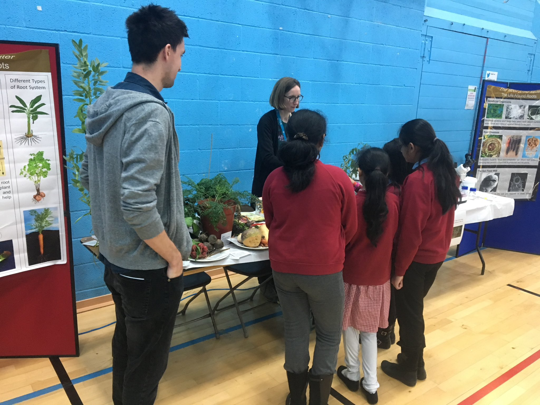 @STEMatLeeds First session at Discovery Zone talking about why roots are important. Cassava crisps are going down well! #LFoS17 https://t.co/VXThaDfJa1