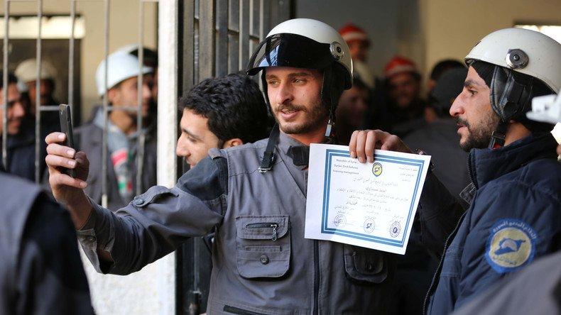 Pour #Assad, les #Casquesblancs, héros d&#39;un film primé aux #Oscars, font partie d'Al-Qaïda #WhiteHelmets  https:// francais.rt.com/international/ 35563-assad-rt-casques-blancs-partie-alqaeda &nbsp; … <br>http://pic.twitter.com/KJUsTAHaTZ