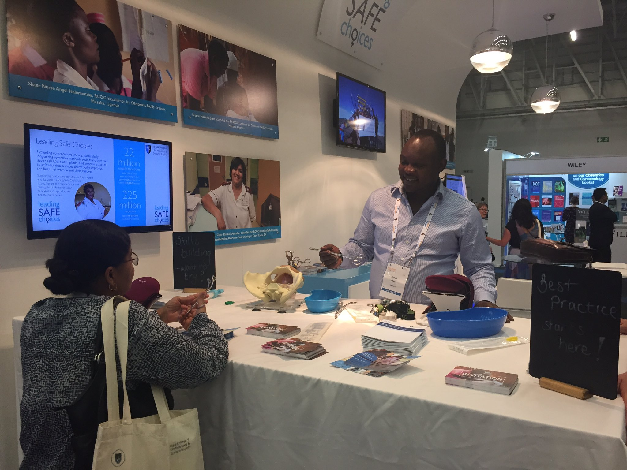 Dr Pendo doing some early morning PPIUD demos on the RCOG stand #rcog2017 https://t.co/tnCmS542av
