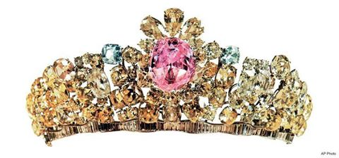 The Noor-ol-Ain diamond Tiara became part of the Iranian Crown after Nader Shah invaded Northern India in 1739. #treasures @DalrympleWill<br>http://pic.twitter.com/uFIok1CuRX