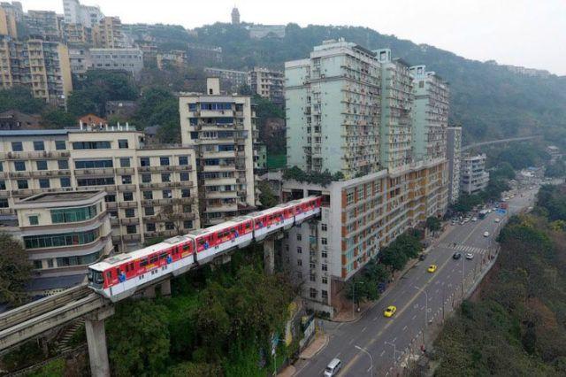 [#Insolite] En #Chine, il existe des trains qui rentrent dans les immeubles  http:// buff.ly/2mPA0HL  &nbsp;  <br>http://pic.twitter.com/WqSszWXC06