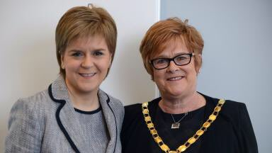 Nicola Sturgeons mum looks like she could have a good go a singing Candle In The Wind https://t.co/RoAagGsn7p