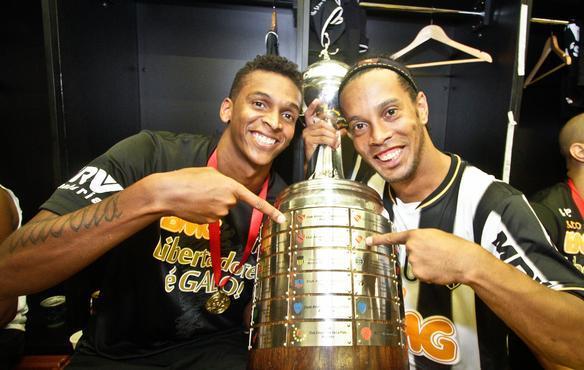 Ronaldinho Ga  cho     Ronaldinho    Twitter     craque com a camisa do Atl  tico http   www mg superesportes com br app fotos futebol atletico mg            galeria atletico mg