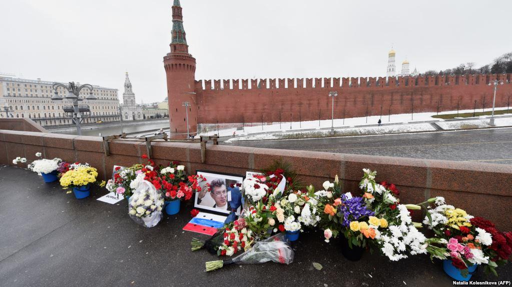 Работники коммунальных служб вновь разорили народный мемориал на месте убийства Немцова. https://t.co/tyiXAiHpOE https://t.co/gCkMvPl5Fx