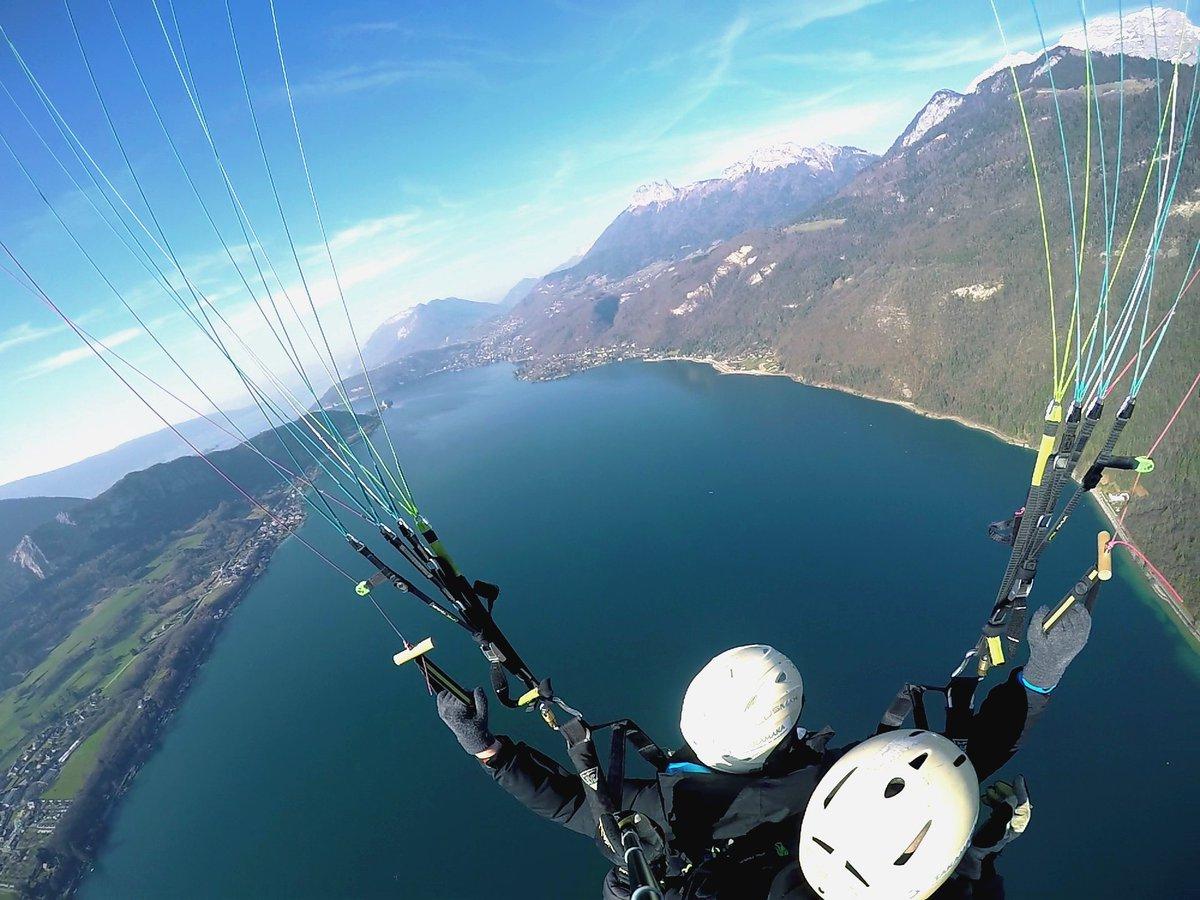 Plutôt sympa le début de saison en #parapente à #annecy  #savoiemontblanc #ilakeannecy #paragliding<br>http://pic.twitter.com/4f6sc5jZ63