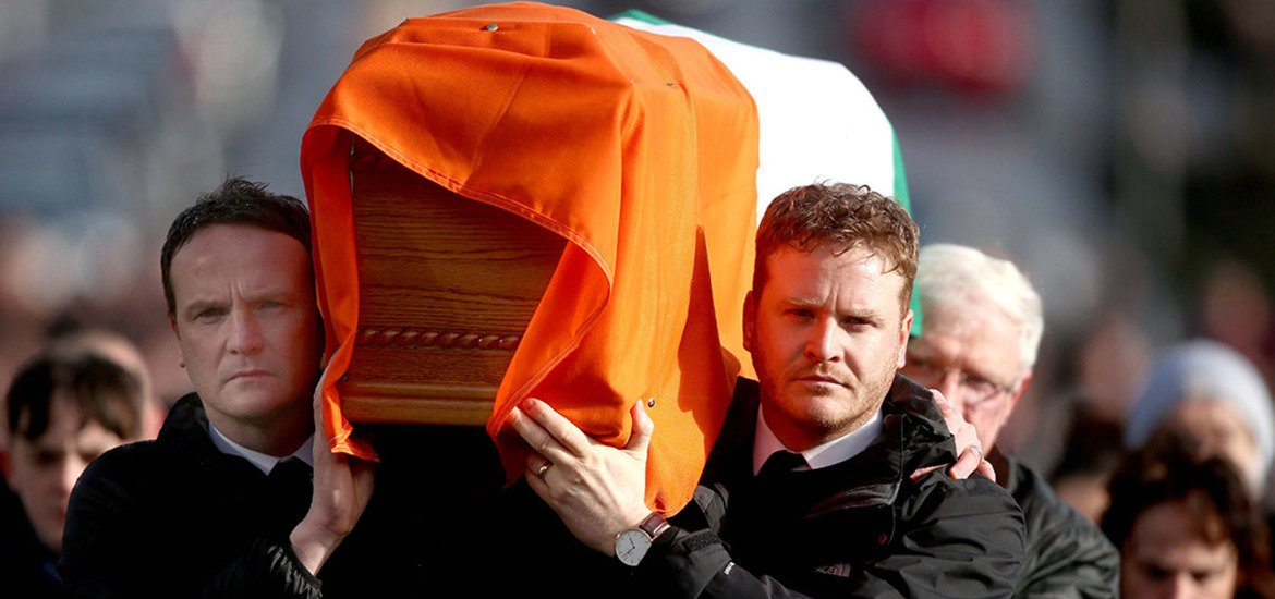 Martin McGuinness's sons carry their father's coffin home to the Bogsi...