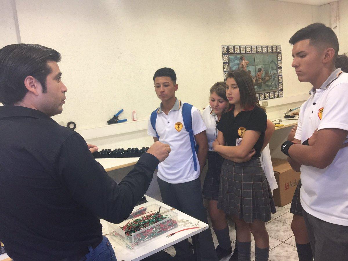 Instituto San Mateo de #Pudahuel conociendo nuestro #Laboratorio. Aprendiendo sobre el proceso de producción. #fibraóptica<br>http://pic.twitter.com/rApxEL3Oof