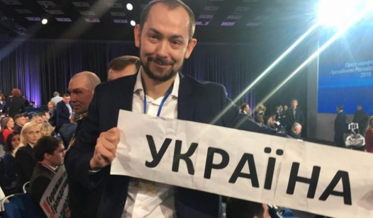 BREAKING: #Ukrainian special correspondent to #Moscow #Tsymbaliuk and his cameraman detained by #Russian police https://www.unian.info/politics/1835034-moscow-police-detain-unian-correspondent-roman-tsymbaliuk-video.html…pic.twitter.com/dBYWiIjrIc