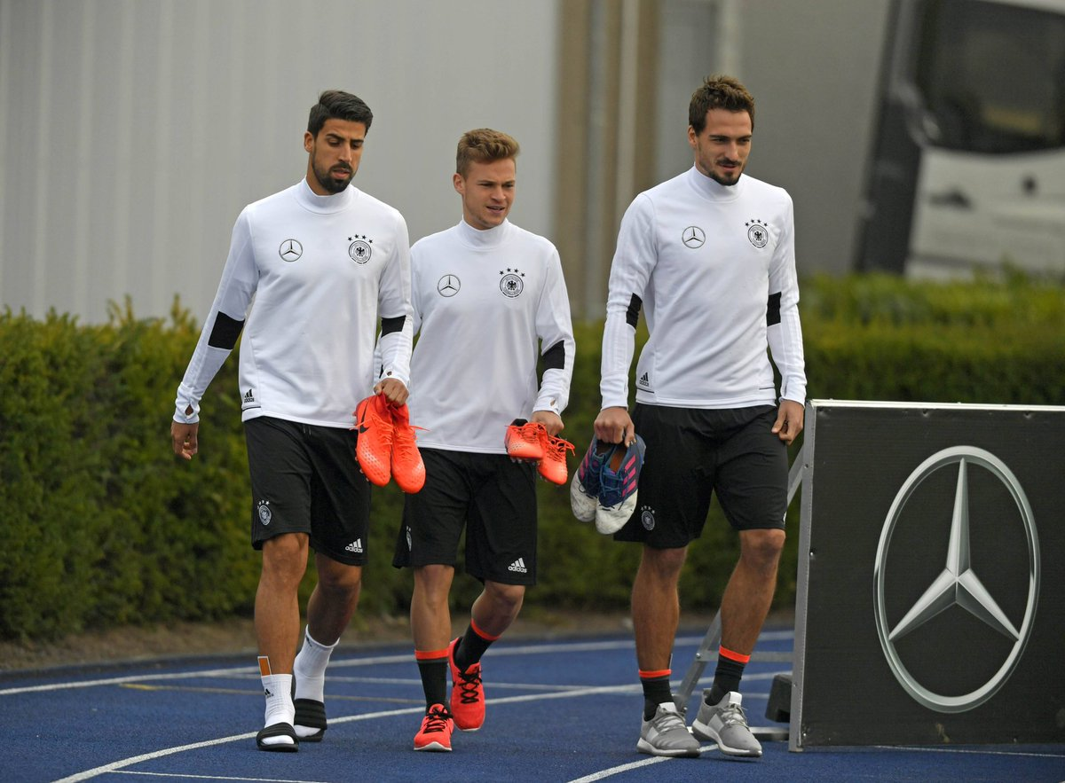 Joshua #Kimmich, @matshummels and @esmuellert_ step out for final @DFB...