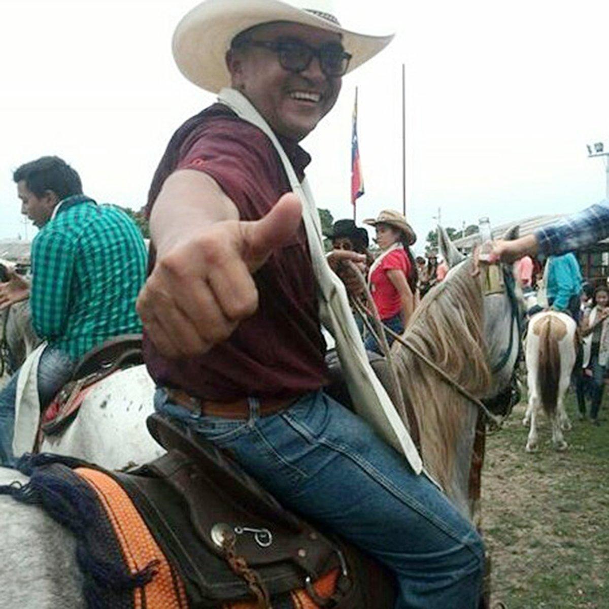 Siempre con una sonrisa maestro Jorge Guerrero #cabalgata #caballos #elorza2017 #lomascriollitodelmapa #lavozdeljoropo<br>http://pic.twitter.com/yB6dnghrPv