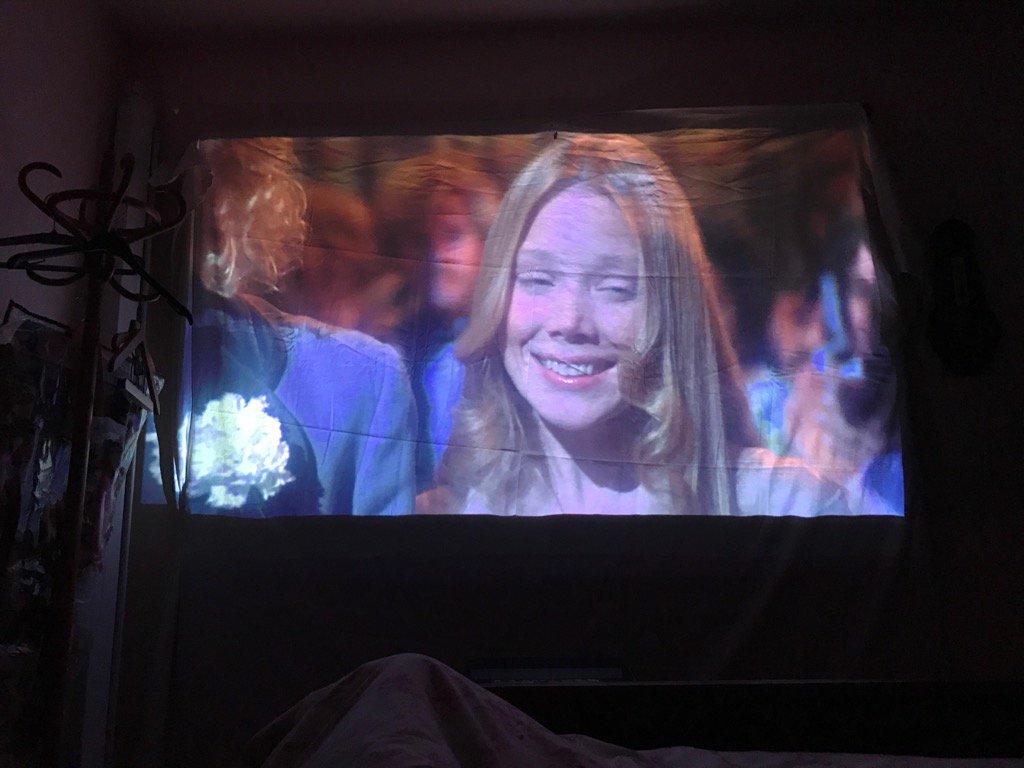 Sympa le petit #Carrie dans mon lit avec le screeneo! <br>http://pic.twitter.com/UOiXTX49zP