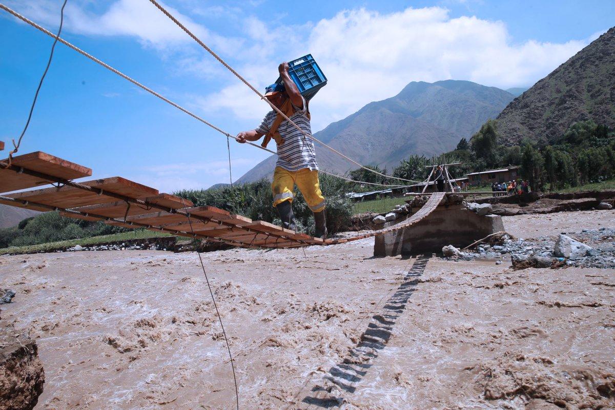 #Canta: Agricultores y pobladores construyen puente colgante de emergencia para poder cruzar el río  https:// goo.gl/Sv1gSQ  &nbsp;  <br>http://pic.twitter.com/pfJTvOBWxx