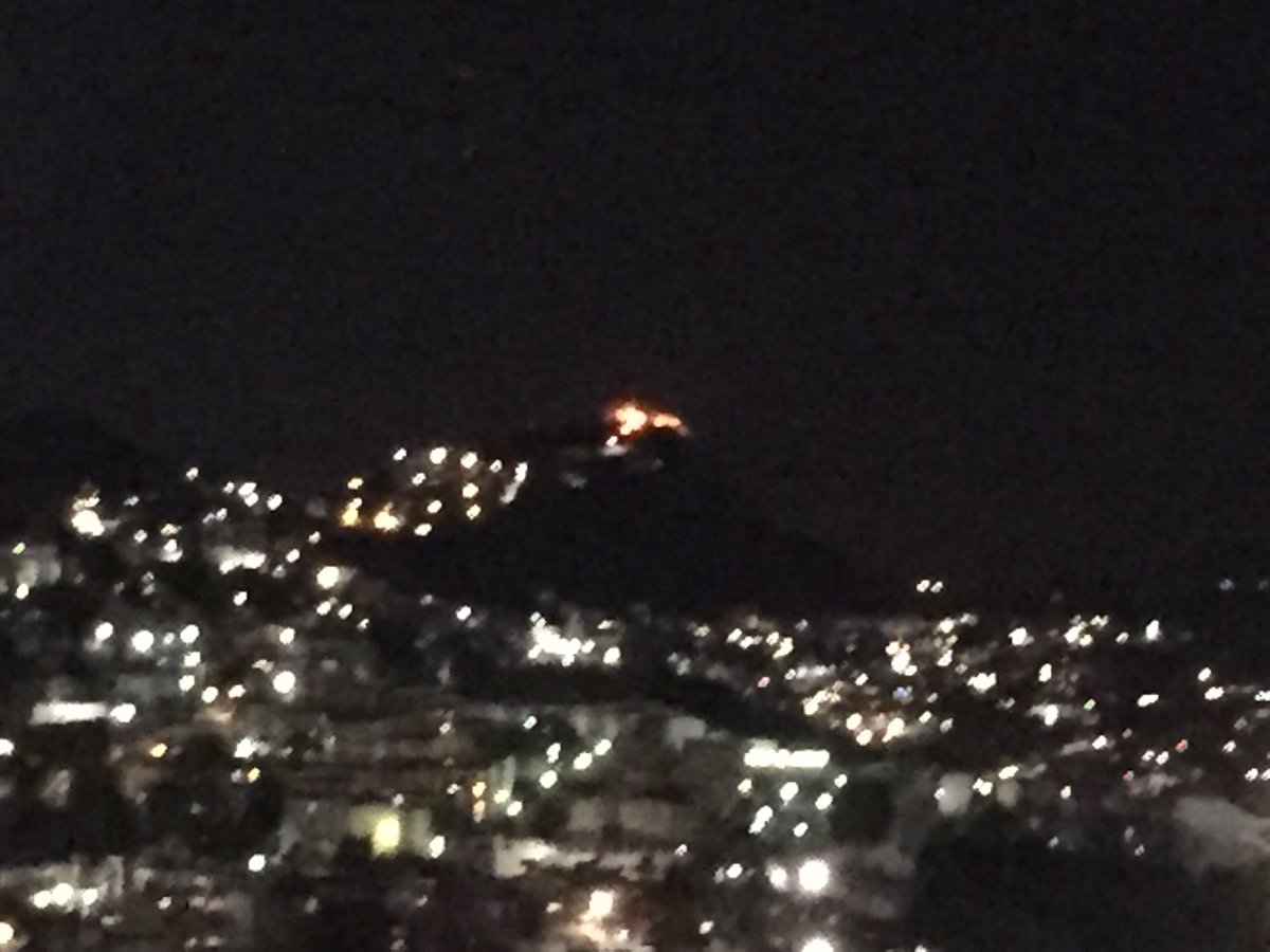 Se #quema el cerro en @NaucalpanCiudad visto desde la UVM Lomas Verdes @inakimanero<br>http://pic.twitter.com/eGUzFu3IGR