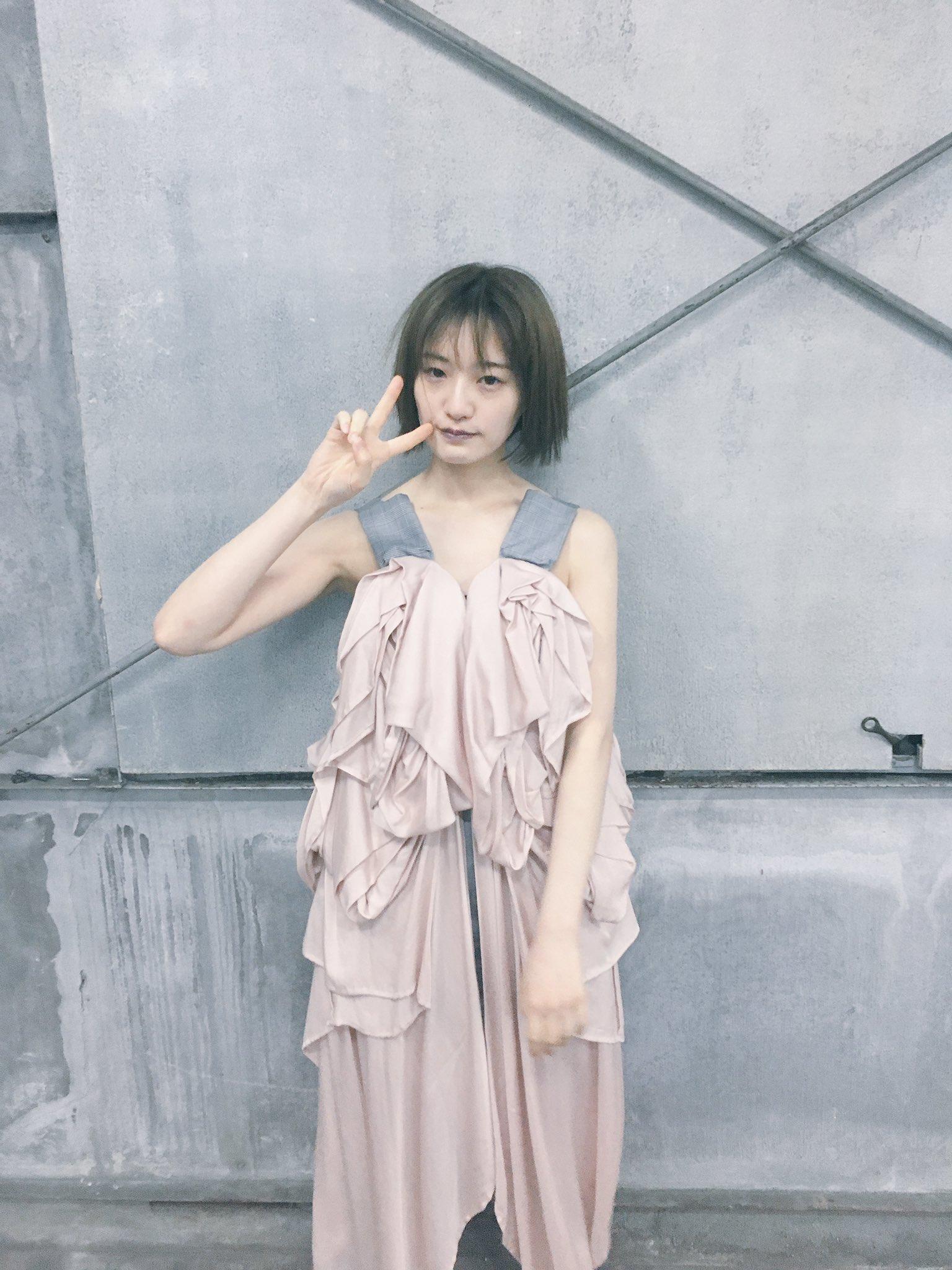 中田花奈のピースサイン画像