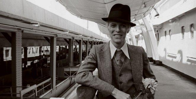 j&#39;adore cette photo avec son beau sourire et sa fleur.. #DavidBowie <br>http://pic.twitter.com/Xtl2bpfRPM