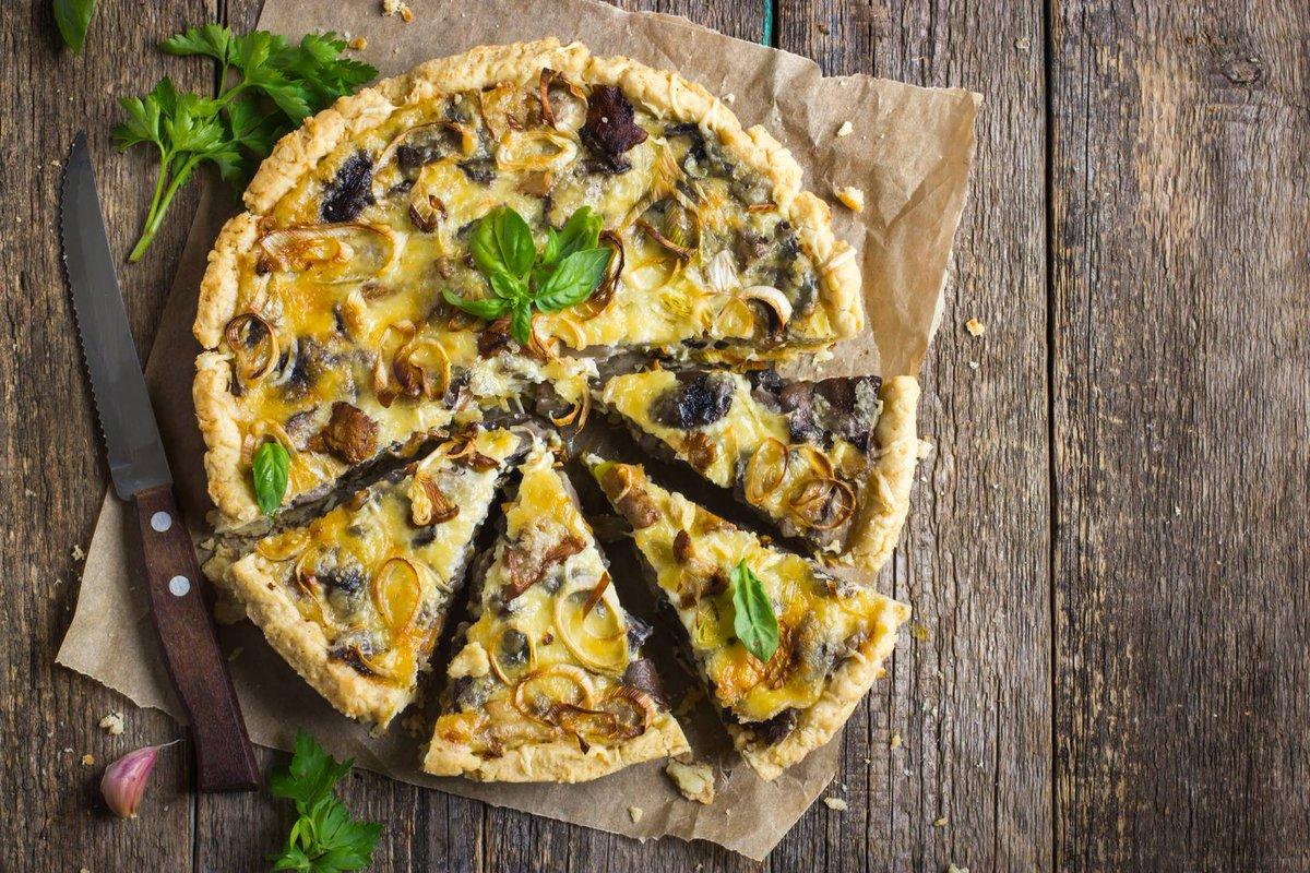 Quiche aux poireaux et aux champignons La recette ici :  http://www. cuisine-et-mets.com/entrees-froide s-et-chaudes/quiches-et-tartes/quiche-poireaux-champignons.html &nbsp; …  Pour le midi avec une petite salade. #recettes #cuisine <br>http://pic.twitter.com/3AWeiEWWlt