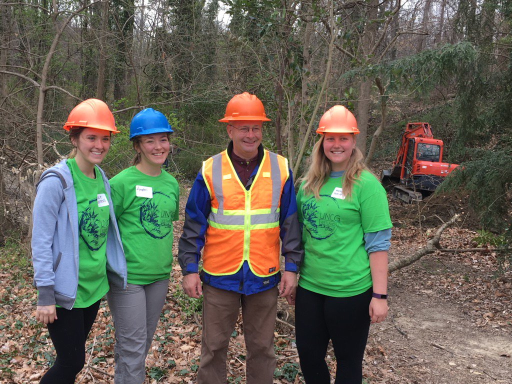 @UNCG_Wetlands installation begins at the Peabody Park woodlands site. @uncg students helping out! https://t.co/beWJHZiCjq