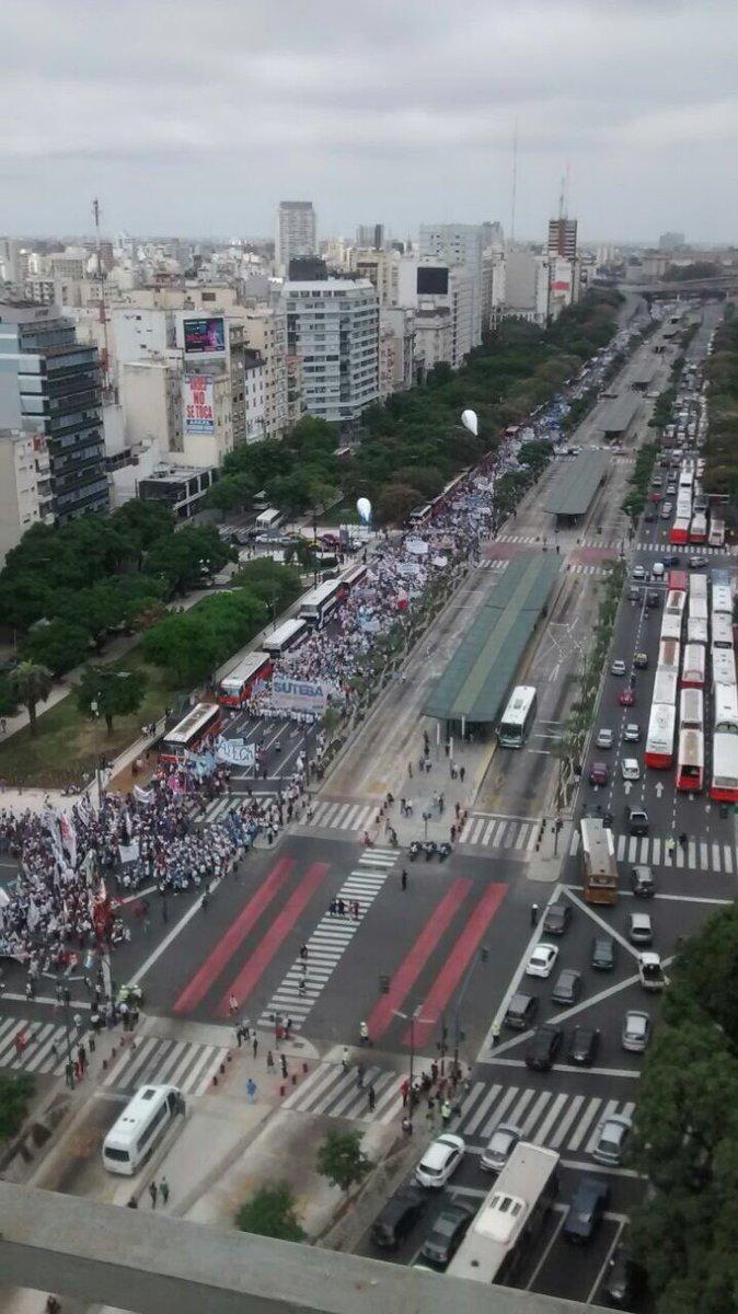 Impresionantes columnas de la #MarchaFederalEducativa #FuerzaDocentes...