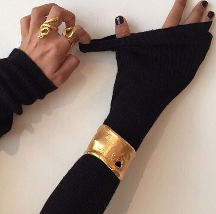 black and gold #alighierijewellery #gold #cozy #selfcare #cleanbeauty #hortūshappyhour #happywednesdaypic.twitter.com/KdK6UJeZIZ