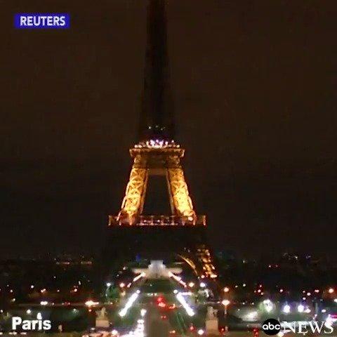 La Tour Eiffel s'est éteinte cette nuit en hommage aux victimes de Londres...