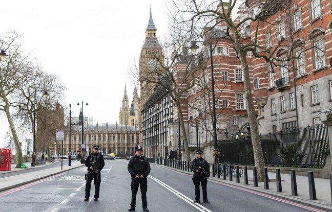 (20minutes.fr) #EN DIRECT. Attaque à #Londres: Le bilan provisoire monte à quatre morts..  https://www. titrespresse.com/30162011612/en -direct-attaque-londres-provisoire-blesses  … pic.twitter.com/jwDsFBJ4PY