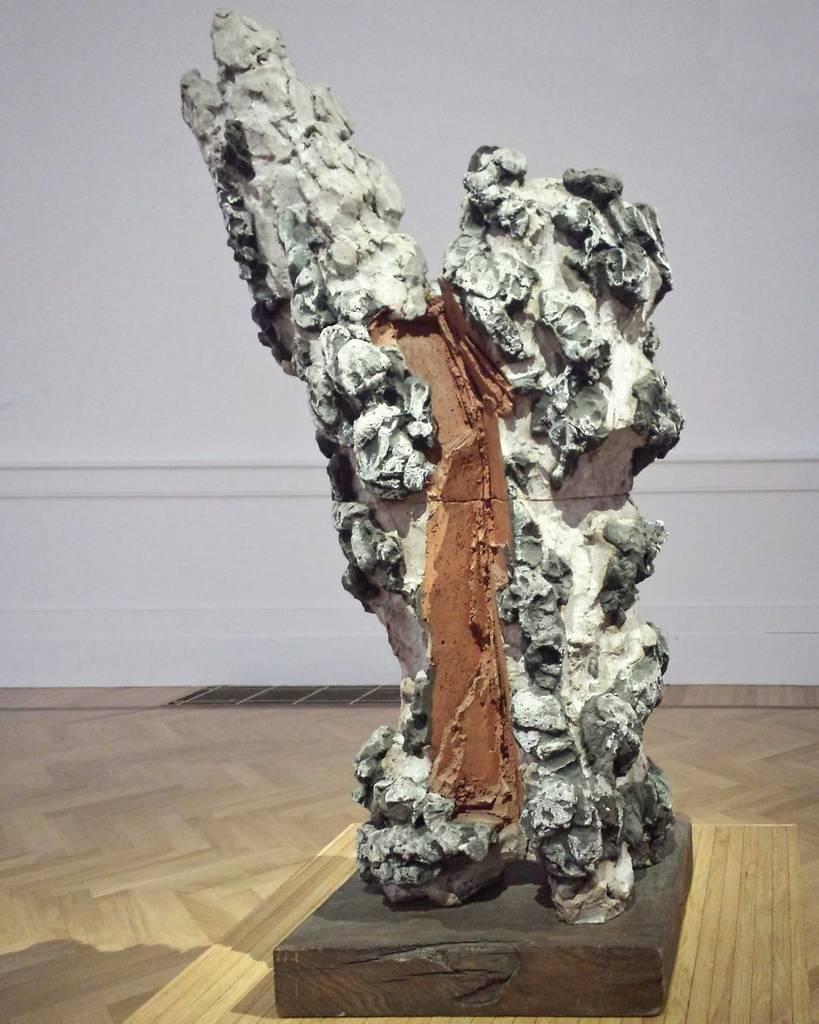#leoncillo #white #sansebastian #enamelledterracotta #sculpture #timeisoutofjoint #lagalle… https://t.co/OhGa4g31Gy