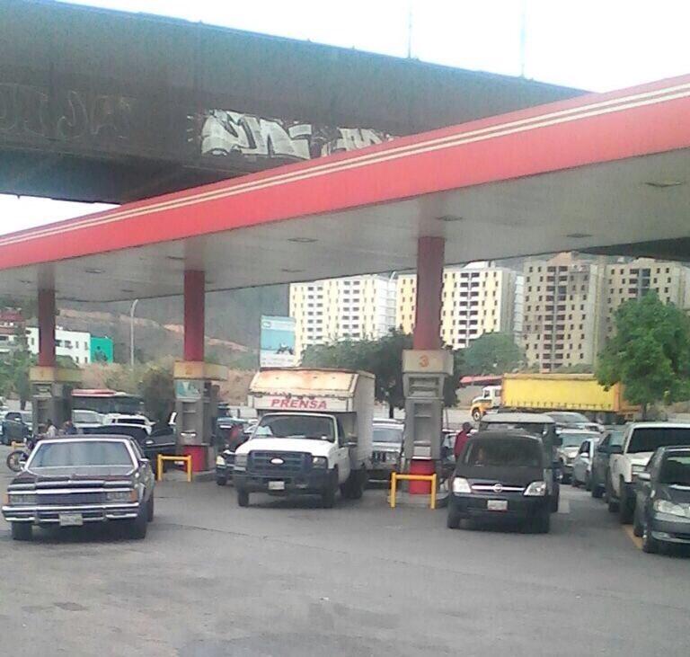 Asi esta la cola de E/S Tazón para surtir gasolina! En la E/S La Rinco...