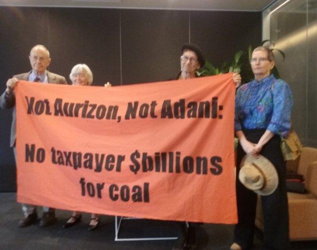 BREAKING: Activists just occupied Aurizon HQ, demanding they withdraw $1bn+ NAIF application #stopadani #qldpol #auspol #ClimateResistance https://t.co/ZpXnAmMLxD