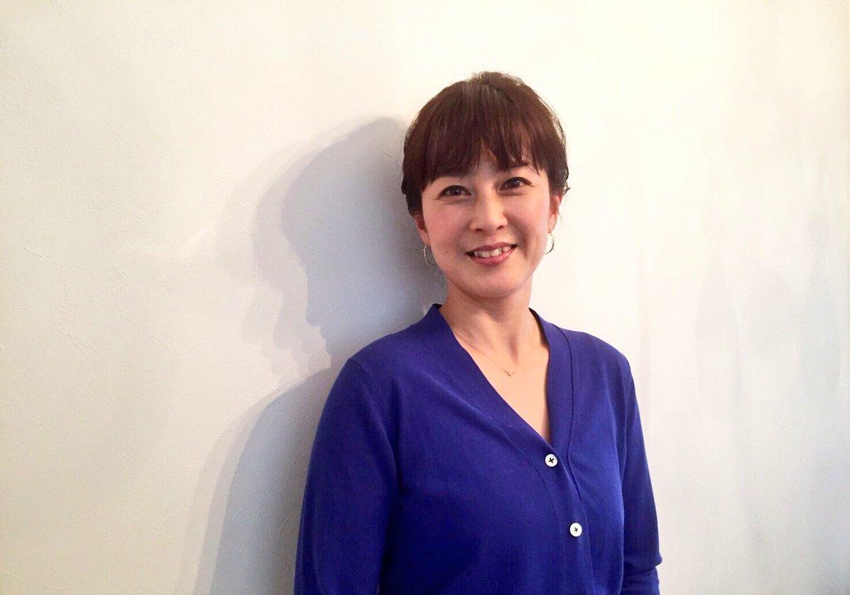 青いセーター姿の森尾由美さん