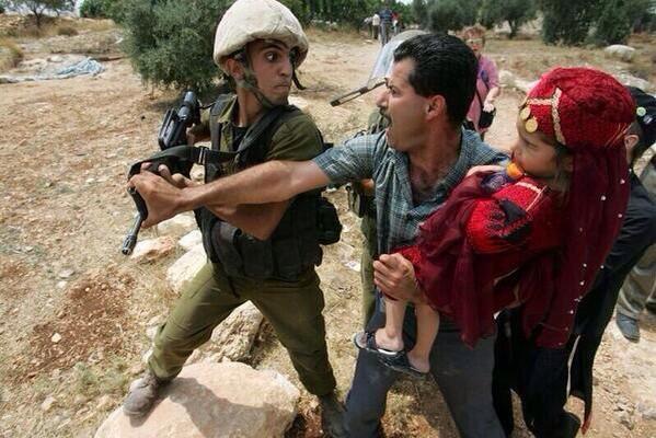Il n&#39;existe pas de colonisation humaine. Il faut être complice pour lui donner un coeur et une âme. #Palestine #israël <br>http://pic.twitter.com/4WsjH7dpph